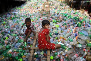 Una bambina che lavora in una fabbrica di reciclaggio della plastica a Dhaka